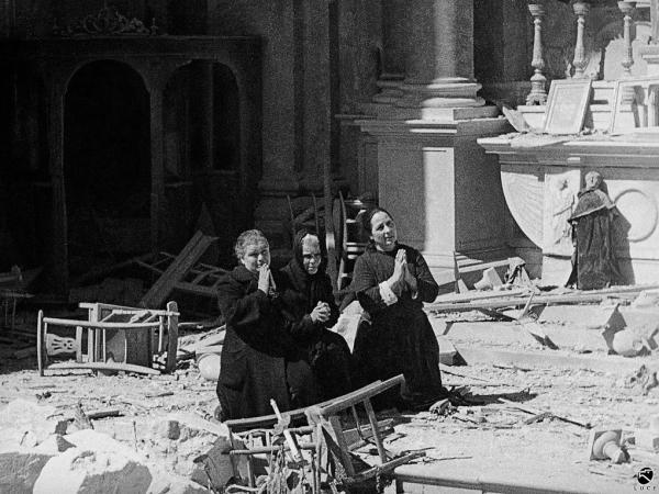 foto Luce donne pregano tra le rovine della chiesa di Sant'Anna Cagliari febbraio 1943 foto censurata
