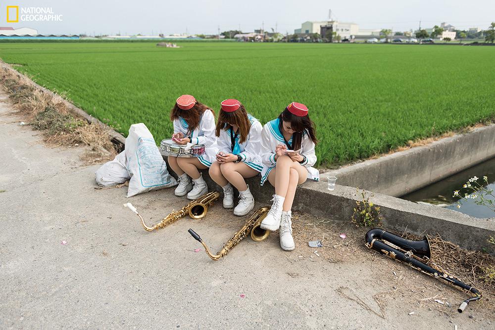 "Lars Hübner / ""Nothing to Declare"" In campagna i funerali sono spesso accompagnati da musicisti locali.    Douliu, Taiwan."