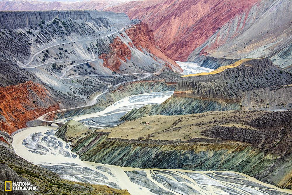 """Tugo Cheng /  """"Surrealist painting in nature"""" In Asia centrale le catene montuose Tian-shan hanno dei paesaggi incredibilmente colorati. Il tutto grazie alla ricchezza di sedimenti composti dal potere di erosione dei fiumi che trasformano  i canyon colorandoli fino  a  centinaia di metri di profondità."""