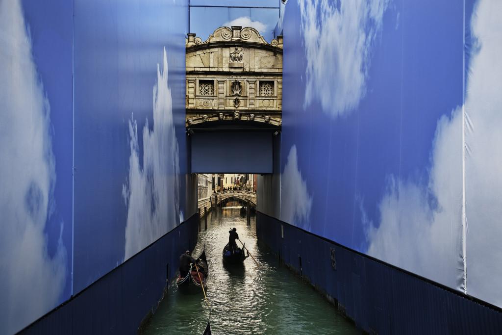 Steve McCurry, Gondole in un canale. Venezia, marzo 2011