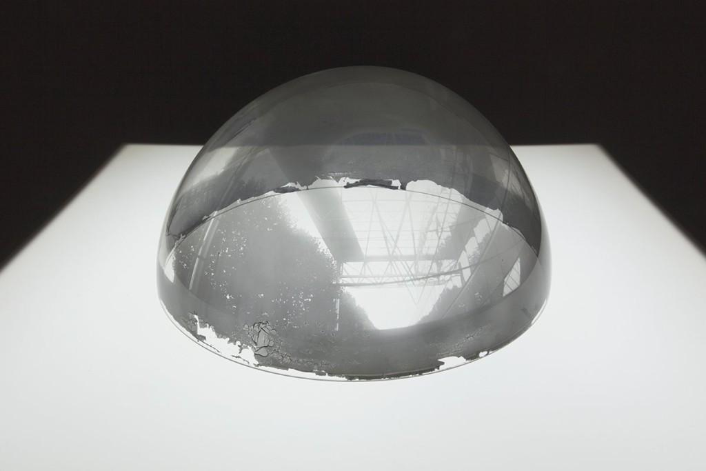 Attila Csörgő,              Semi-Space, 2001 Stampa in b/n all'interno di una cupola in plexiglas (Ø34 cm), tavolo luminoso.